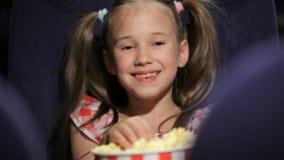Película waching de la niña en el cine almacen de metraje de vídeo