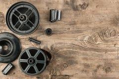 película y envase de la foto de 35 milímetros para el desarrollo de la película que miente en piso de madera Foto de archivo libre de regalías