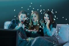 Películas de observación adolescentes asustadas Imágenes de archivo libres de regalías