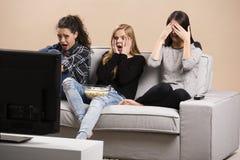 Películas de observación adolescentes asustadas Foto de archivo libre de regalías