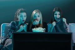 Películas de observación adolescentes asustadas Imagenes de archivo
