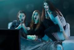 Películas de observación adolescentes asustadas Fotografía de archivo libre de regalías