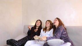 Películas de observación del tiempo de película del reloj de los amigos en el ordenador portátil y el sentarse en el sofá suave e almacen de metraje de vídeo