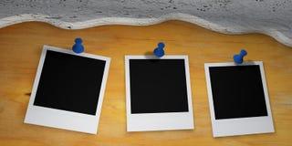 Películas polaroid fijadas en tarjeta de madera Imagenes de archivo