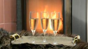 Pela chaminé três vidros com champanhe vídeos de arquivo