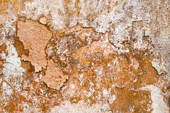 Peladura de la pintura marrón en la pared vieja Fotos de archivo