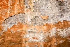 Peladura de la pintura oxidada en la pared de piedra, haber llevado viejo y haber envejecido fotografía de archivo