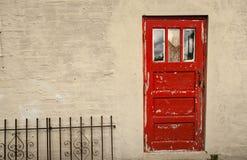 Peladura de la puerta roja Fotografía de archivo libre de regalías