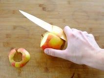 Peladura de un Apple Fotos de archivo libres de regalías
