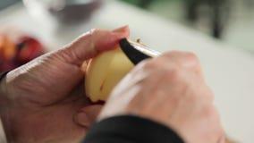 Peladura de una manzana usando un policía almacen de video