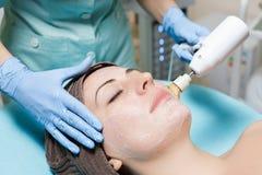 Peladura mecánica El cosmetólogo hace la limpieza mecánica de cara cosmetología imagen de archivo