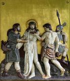 Pelan a Jesús de su ropa, 10mas estaciones de la cruz Imágenes de archivo libres de regalías