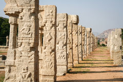 Pelare av den förstörda templet i hampi Arkivfoto