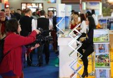 Película do operador cinematográfico da senhora na feira Fotos de Stock Royalty Free