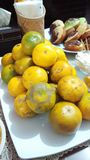 Pele amarela do fruto alaranjado na tabela jpg imagens de stock