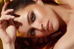 Pele bronzeado dourada da beleza da composição 'sexy' bonita da mulher Fotos de Stock Royalty Free