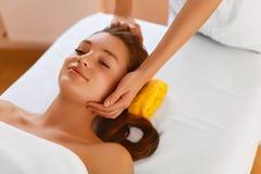 Pele da cara Mulher que recebe o tratamento facial dos termas, massagem Imagem de Stock