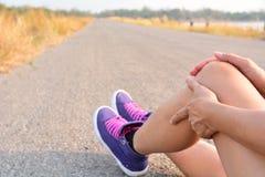 Pele dos pés do close up na estrada e sob o céu para os cuidados médicos concentrados Fotografia de Stock