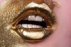 Pele e bordos do ouro Problemas cosméticos Cuidados com a pele claros psoriasis Reação aos cosméticos Procedimento do esteticista fotos de stock