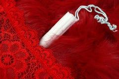 Pele vermelha, calças vermelhas e um tampão menstrual Produtos Vaginal para o cuidado íntimo Dias críticos da mulher, cyc gynecol fotos de stock
