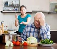 Pelea de la familia. Mujer madura que tiene conflicto con el marido Foto de archivo libre de regalías
