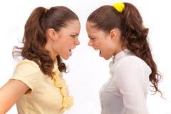 Pelea de las hermanas de los géminis en un fondo blanco. Foto de archivo libre de regalías