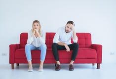 Pelea del marido con el conflicto y los pares que agujerean en la sala de estar, emociones negativas de la esposa foto de archivo libre de regalías
