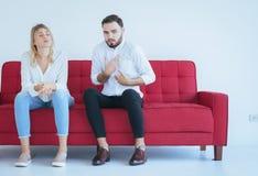 Pelea del marido con el conflicto y los pares que agujerean en la sala de estar, emociones negativas de la esposa imagenes de archivo