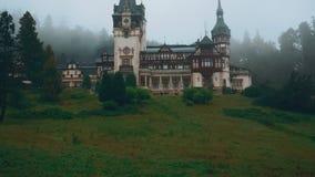 Peles城堡和一个有薄雾的杉树森林在锡纳亚,特兰西瓦尼亚,罗马尼亚-广角正面图 股票视频