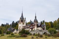 Peles城堡和它的庭院在锡纳亚,在罗马尼亚 免版税库存图片