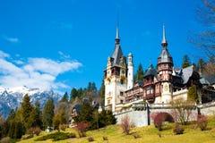 Peles城堡春天视图与雪Bucegi的 免版税图库摄影