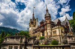 Peles - europeisk jaga slott i de Carpathian bergen royaltyfri foto