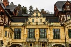 Peles-Schloss an einem bewölkten Tag des Winters, das berühmteste königliche Schloss von Rumänien, rumänischer Markstein stockfotos