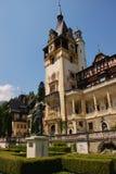 Peles Schloss mit König Carol I Statue Lizenzfreie Stockfotos