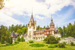 Peleskasteel in Roemenië op een mooie zonnige dag Stock Afbeeldingen