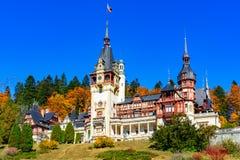 Peleskasteel, Sinaia, Prahova-Provincie, Roemenië: Beroemd neo-Renaissancekasteel in de herfstkleuren stock foto's