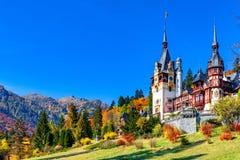 Peleskasteel, Sinaia, Prahova-Provincie, Roemenië: Beroemd neo-Renaissancekasteel in de herfstkleuren stock foto