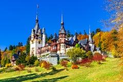 Peleskasteel, Sinaia, Prahova-Provincie, Roemenië: Beroemd neo-Renaissancekasteel in de herfstkleuren stock afbeeldingen