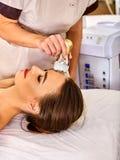 Pelez reblanchir la procédure faciale de procédure sur la machine d'abattage en taille d'ultrason Photographie stock