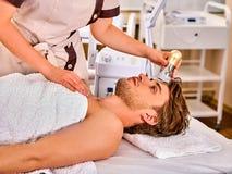 Pelez reblanchir la procédure faciale de procédure sur la machine d'abattage en taille d'ultrason Image libre de droits
