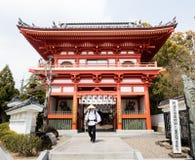 Pelgrim bij de ingang aan Gokurakuji, tempel nummer 2 van Shikoku-bedevaart stock afbeeldingen