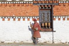 Pelgrim bij de tempel van Jampey Lhakhang, Chhoekhor, Bhutan Stock Afbeelding