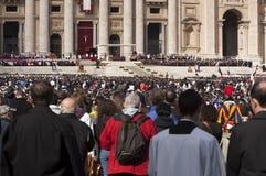 Pelgrims bij de massa van Pausfrancis Stock Fotografie