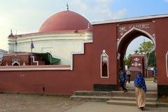 Pelgrims bij het mausoleum van Ulugh Khan Jahan in Bagerhat, Bangladesh stock afbeeldingen