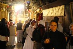 Pelgrims in de prachtige Basiliek van Christ's-Geboorte van Christus in Bethlehem royalty-vrije stock foto's