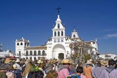 Pelgrims die bij de kerk in Gr Rocio, Spanje aankomen Stock Afbeelding