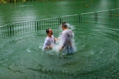 Pelgrims die in Jordan River dopen Stock Fotografie