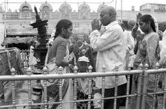 Pelgrims die Tirumala-tempel, Andhra Pradesh India bidden stock foto's