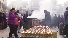 Pelgrims en Boeddhistische monks do kora rond een stupa Bodnath stock footage