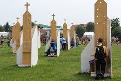 Pelgrims in Streek van Verzoening bij Heiligdom van Goddelijke Genade in Lagiewniki royalty-vrije stock foto